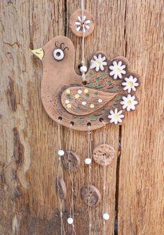 Holubička sedmikrásková Keramická holubička je patinovaná burelem, malovaná glazurami a engobami. Délka závěsu s keramickými komponenty a bílými korálky je 26 cm. Ve větru krásně cinká a zvoní. Farm Crafts, Easter Crafts, Homemade Crafts, Crafts To Make, Das Clay Ideas, Clay Cats, Clay Wall Art, Wine Decor, Air Dry Clay