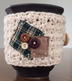 Get this free coffee cozy crochet pattern and make super cute homemade sleeves for your coffee mugs and cups. This country style is super simple and rustic looking. Coffee Cozy Pattern, Crochet Coffee Cozy, Crochet Cozy, Crochet Geek, All Free Crochet, Crochet Crafts, Crochet Poncho, Yarn Crafts, Different Crochet Stitches