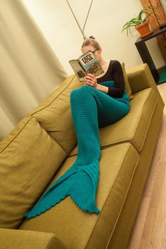 Mermaid tail lapghan blanket crochet PDF pattern in English, for adult sizes S and M. Easy to follow, with lots of pictures and video tutorials for special