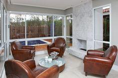 Projeto 'classudo' tem piscina, decoração com base cinza e espaços amplos. Que tal?