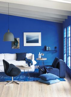 Blue Living Room Decor - What color couch goes with blue walls? Blue Living Room Decor - What colors go with navy blue? Blue Bedroom Walls, Blue Bedroom Decor, Blue Living Room Decor, Blue Home Decor, Bedroom Ideas, Teen Bedroom, Royal Blue Bedrooms, Royal Blue Walls, Blue Rooms