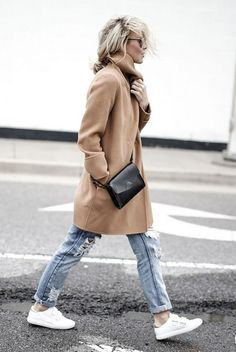 fall / winter - street style - street chic style - casual outfits - fall outfits - winter outfits - comfy outfits - easy outfits - camel coat + white t-shirt + boyfriend jeans + white sneakers + black shoulder bag + mirror sunglasses Arm Party, Sporty Chic, Casual Chic, Casual Fall, Happily Grey, Sneakers Fashion Outfits, Camel Coat, Mode Style, Minimalist Fashion