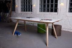Tisch aus vier Holzelementen. Zusammengesteckt und durch zwei Seile stabilisiert.