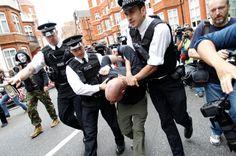 Wikileaks-Anhänger werden vor der ecuadorianischen Botschaft von britischen Polizisten verhaftet.