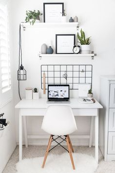 Best Desk Decor Design Ideas & Fun Accessoris DIYs for your desk - Na foto parece bonito, mas na verdade é tudo branco e particularmente eu sentiria fanta de uma cor - Modern Bedroom Design, Home Office Design, Home Office Decor, Home Design, Office Ideas, Interior Design, Workplace Design, Office Designs, Design Desk