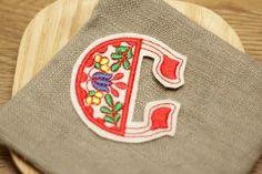 サイズ;約51mm×約48mm刺繍の図案をイメージしたイニシャルワッペンのシリーズです。一文字ずつモチーフが異なり、「C」はクロッカスの花をモチー...|ハンドメイド、手作り、手仕事品の通販・販売・購入ならCreema。