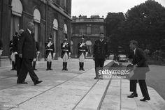 Official Visit Of John Fitzgerald Kennedy To France. En France, le 31 mai 1961, la visite officielle de John Fitzgerald KENNEDY, Président des Etats-Unis et de son épouse Jackie KENNEDY au Président français le Général Charles DE GAULLE et à son épouse Yvonne. Ici, Yvonne DE GAULLE et Charles DE GAULLE accueillant le couple présidentiel américain à l'Élysée. La montée des marches de John Fitzgerald KENNEDY devant une une haie d'honneur formée par la garde républicaine, à son arrivée.