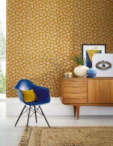 Un papier peint jaune curry Showroom, Casamance, Deco Design, Vintage Design, Credenza, Wallpaper, Decoration, Tiles, Delicate