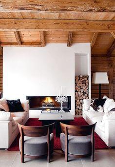 Bois clair au plafond et mur blanc offrent une modernité à ce salon