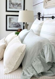 The farmhouse bedroom decoration style is about keeping the things simple an organic. It is classic, elegant and comfortable at the same time. The farmhouse bedroom design allows you to decorate with variety of accessories and furnishings that add a touch Modern Farmhouse Bedroom, French Country Bedrooms, French Country Decorating, Farmhouse Style, Urban Farmhouse, Farmhouse Decor, Rustic Decor, Country Style, French Decor