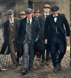 Everything about the peaky blinders style screams that they have wealth, but are of the working class, and above all, are still gangsters. Traje Peaky Blinders, Costume Peaky Blinders, Peaky Blinders Clothing, Peaky Blinders Dress, Peaky Blinders Tv Series, Mode Masculine Vintage, Mode Vintage, Vintage Men, Vintage Hats