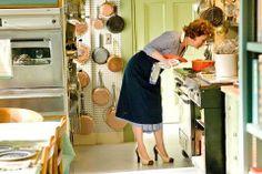 Julie&Julia Meryl Streep as Julia Child in her Cambridge, MA kitchen. Big Kitchen, Little Kitchen, Kitchen Tools, Vintage Kitchen, Kitchen Ideas, Meryl Streep, Kitchen Organization, Organization Hacks, Organizing Tips