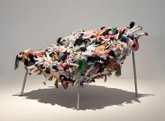 Cadeira Multidão, dos Irmãos Campana, feita com bonecas de Esperança, PB