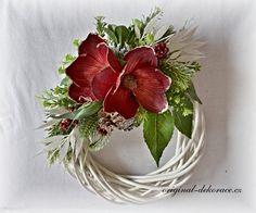 Vánoční věnec na dveře - ratan, bílá patina - červená magnolie