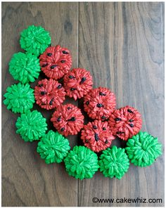 Make this fun and easy arrangement of WATERMELON PULL APART CUPCAKES. Great for summer parties! From cakewhiz.com