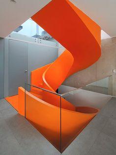 escada em espiral laranja