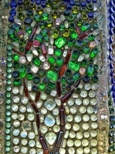 Minnie's bottle wall: mosaic with bottles Wine Bottle Wall, Bottle House, Bottle Garden, Wine Bottle Crafts, Bottle Art, Natural Building, Green Building, Earthship Home, Bottle Trees