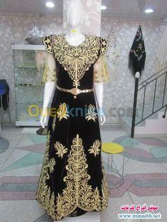 "Gandoura ""fergani"", robe traditionnelle de Constantine (Algérie) brodée de fil d'or selon la technique du ""mejboud""* --- Gandoura ""fergani"", traditional dress of the city of Constantine (Algeria) embroidered with gold, using the ""mejbood""* technique."