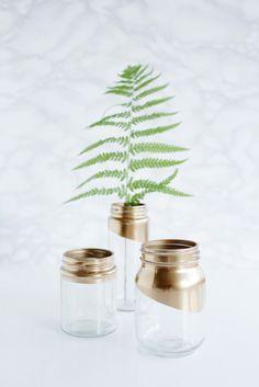 Gold tipped jars 16 (desk organization diy mason jars) Gold Mason Jars, Painted Mason Jars, Pot Mason Diy, Mason Jar Crafts, Tip Jars, Succulent Centerpieces, Glitter Centerpieces, Diy Upcycling, Small Succulents