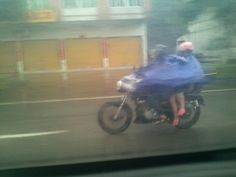 Cina - viaggiare in 3 in moto sotto la pioggia