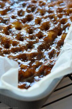 Der findes to slags brunsviger: fynsk brunsviger, og ikke-fynsk brunsviger . Jeg ved ikke hvorfor, men det er som om, at opskriften på svampet og snasket brunsviger holder sig på den fynske side af Storebælt. Mine bedsteforældre bor på Fyn, og jeg tør slet ikke tænke på, hvor mange gange, Danish Cake, Danish Dessert, Danish Food, Köstliche Desserts, Delicious Desserts, Cupcakes, Cupcake Cakes, Cake Recipes, Dessert Recipes