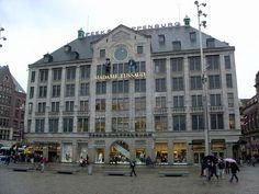 Madame Tussaud Amsterdam aan de Dam. Mooi wassenbeelden museum met Nederlandse en internationale beroemdheden (incl. Sinterklaas, de beschermheilige van Amsterdam). En een prachtig uitzicht op de Dam bij het grote ronde raam.