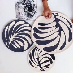 Using Ceramic Plates as Wall Decorations Painted Ceramic Plates, Ceramic Decor, Ceramic Clay, Hand Painted Ceramics, Ceramic Painting, Ceramic Pottery, Slab Ceramics, Hand Painted Pottery, Slab Pottery