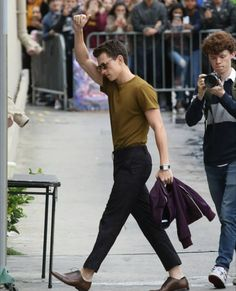 harry in the back beeing like 💁🏻‍♂️📸 Tom Holland Peter Parker, Tom Parker, King Tom, Tom Holand, Baby Toms, Men's Toms, Cute Celebrities, Celebs, My People