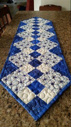Ce joli chemin de Table de Hanukkah mesure 39 et demi pouces de long et 11 pouces de large. Il est fait de tissu 100 % coton avec du coton / ouate de polyester, matelassé avec du fil bleu. Le tissu bleu et or a une légère étincelle à elle qui le rend scintillent. La liaison est cousu pour un look propre à la main.