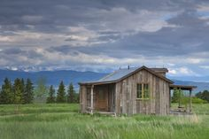 Miller Roodell Architects and Yellowstone Traditions preserved the historic integrity of this rustic ranch retreat in Livingston, Montana. Modern Mountain Home, Rustic Exterior, Tiny Cabins, Log Cabins, Building Materials, Building Ideas, Nest Building, Maine House, Rustic Design