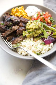 Homemade steak fajita bowls with garlic lime rice. These fajita bowls taste even better than the ones at Chipotle! The secret is the homemade marinade for the steak. it is to DIE for! Mexican Food Recipes, Beef Recipes, Cooking Recipes, Healthy Recipes, Recipes With Beef Fajita Meat, Garlic Lime Rice Recipe, Healthy Meal Prep, Healthy Eating, Fajita Rezept