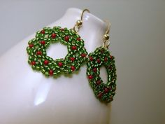 These wreaths are made by stiching tiny seed beads together by hand. They are classic and lightweight. Seed Bead Patterns, Beaded Jewelry Patterns, Beading Patterns, Beaded Crafts, Jewelry Crafts, Handmade Jewelry, Beaded Christmas Ornaments, Christmas Jewelry, Christmas Earrings