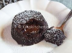 Il tortino al cioccolato, conosciuto anche come tortino cuore caldo, è un goloso dessert monoporzione. Un tortino con cuore morbido e cremoso.