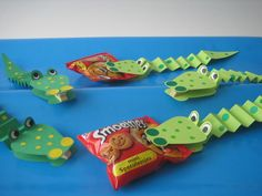 Traktatie krokodil Kids Party Treats, School Birthday Treats, School Treats, Party Snacks, School Snacks For Kids, Diy For Kids, Crafts For Kids, Preschool Snacks, Safari Party