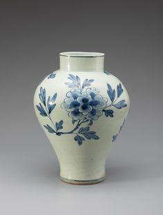백자청화모란문입호 白磁靑畵牡丹文立壺/마이아트옥션 Antique Pottery, Ceramic Pottery, Ceramic Art, Korean Pottery, Moon Jar, Korean Painting, Plant Pictures, Korean Art, Chinese Ceramics