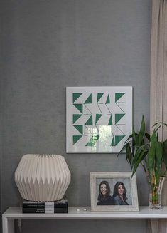 Decoração de escritório com cara de casa. Detalhes da decoração com porta-retrato, plantas, quadro, obra de arte, livros e adornos.    #decoracao #decor #design #details