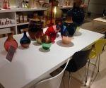Decoración de mesa con jarrones de colores