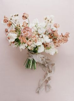 Earth Tones, Textures and Minimalism Created Magic at One of LA's Newest Wedding Spaces Modern Wedding Flowers, Modern Wedding Inspiration, Spring Wedding Flowers, Bridal Flowers, Floral Wedding, Sweet Pea Wedding Bouquet, Elegant Modern Wedding, Wedding Ceremony Flowers, Bride Bouquets
