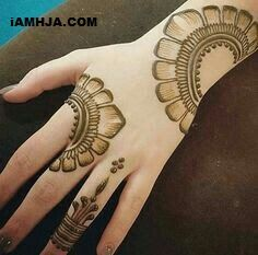 Best Floral Mehndi Designs - Flowers, roses in particular , leaves, shrubbery and various other floral motifs are surely classical when it comes to henna art. Henna Hand Designs, Mehndi Designs Finger, Mehndi Designs Book, Mehndi Designs For Beginners, Modern Mehndi Designs, Mehndi Design Pictures, Mehndi Designs For Girls, Beautiful Mehndi Design, Mehndi Patterns