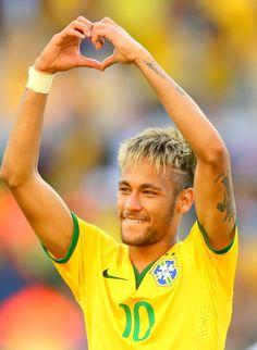 Neymar da Silva Santos Júnior The heart sign is for me Neymar Jr, Good Soccer Players, Football Players, Fc Barcalona, Kun Aguero, World Cup 2014, Cutest Thing Ever, Athletic Men, Uefa Champions League