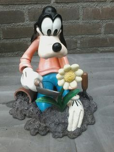 Disney collectie, garden, faded color and damage due to weather conditions