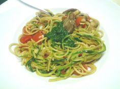 Dieses Gericht von Anemone sieht auch verdammt nach Frühling aus: Pasta mit Zucchini-Spagetti, frischen Tomaten und vor allem: Selbstgemachtem Bärlauchpesto!