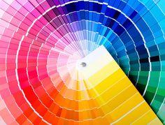 Bleu, vert, jaune... quelle couleur choisir pour sa déco ? Selon l'effet que vous souhaitez donner à votre intérieur, la surface et la luminosité des pièces, toutes les couleurs ne sont pas adaptées. Découvrez les diverses teintes existantes et nos conseils pour les utiliser au mieux.