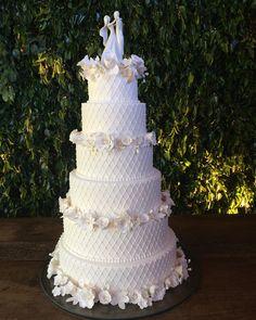 Bolo de casamento #cake #flowers #sugarflowers #casamentotrancoso #trancoso #quadrado #casamentolíviaerenato no @ocacau com @qualieventos @alcantaraernandes @fabio.reboucas.7 #gutagulaguloseria