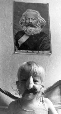 Henning Olsen, 72, København. Rød front!  På dette billede (af ikke særlig god kvalitet) sidder en betuttet lillebror under vores daværende forbillede, den store tænker Karl Marx. Få år efter startede lillebror i Østerbro Lilleskole, hvis målsætning var socialistisk, og hvor han bl.a. lærte at røde pandekager smager bedst! (1972).