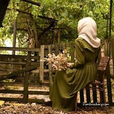 Hijabi girl sitting in garden on bench Beautiful Muslim Women, Beautiful Hijab, Hijabi Girl, Girl Hijab, Stylish Girls Photos, Stylish Girl Pic, Stylish Hijab, Hijab Cartoon, Hijab Fashionista