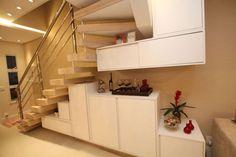 Ocupação debaixo da escada: Corredores, halls e escadas translation missing: br.style.corredores-hal... - homify / Pricila Dalzochio Arquitetura e Interiores