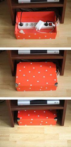 Storage life hack for hiding ugly cords. parfait a juste soulever pour la poussiere