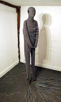 Freddie Robins es una artista que teje piezas con lana, traspasando los límites del arte, el diseño y la artesanía.