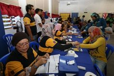 People exchange vouchers for cash at the launch of the national-level 1Malaysia People's Aid (BR1M) 2014 at SMK Aminuddin Baki in Kampung Pandan, Kuala Lumpur in this February 22, 2014 file picture. — Picture by Saw Siow Feng